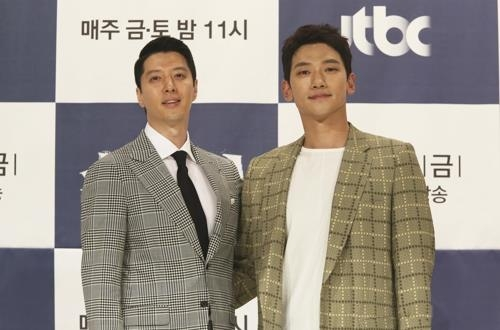 In this photo provided by JTBC, actors Lee Dong-gun (L) and Jung Ji-hoon pose for photos in a press event in Seoul on May 24, 2018. (Yonhap)