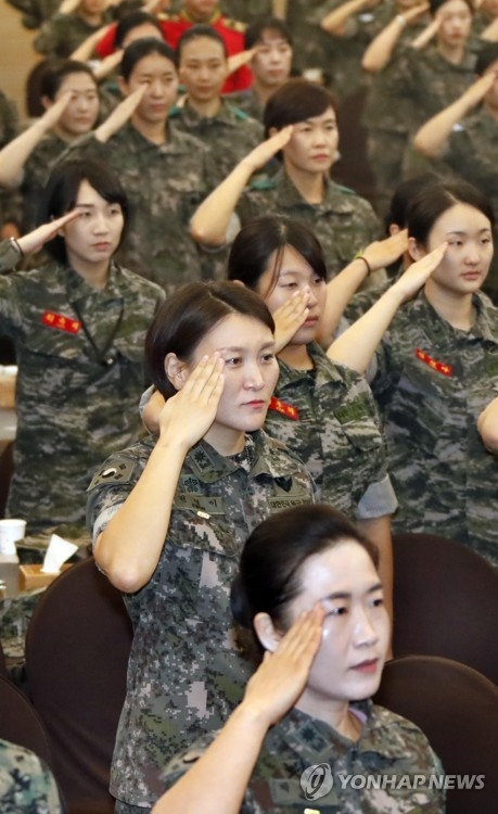 This file photo, dated Sept. 6, 2017, shows female soldiers saluting the national flag during a ceremony in Seoul to mark 67th anniversary of the establishment of South Korea's Women's Army Corps. (Yonhap)
