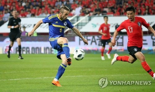 Edin Visca of Bosnia and Herzegovina scores his third goal against South Korea in the teams' friendly match at Jeonju World Cup Stadium in Jeonju, 240 kilometers south of Seoul, on June 1, 2018. (Yonhap)