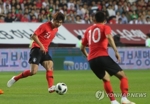 South Korea's Ki Sung-yueng (L) makes a pass to Moon Seon-min during a friendly match against Bosnia and Herzegovina at Jeonju World Cup Stadium in Jeonju, North Jeolla Province, on June 1, 2018. (Yonhap)