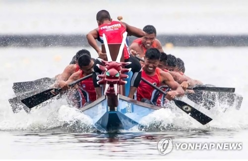 This undated file photo provided by the Korean Canoe Federation on April 30, 2018, shows paddlers in action during a dragon boat race. (Yonhap)