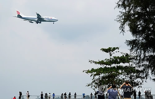 An Air China plane believed to have North Korean leader Kim Jong-un on board makes its final approach into Changi Airport in Singapore on June 10, 2018. (Yonhap)