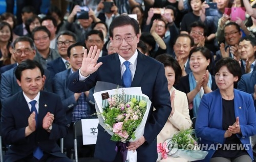 This photo taken on June 13, 2018, shows Seoul mayor Park Won-soon (C), who won a third term in the local elections. (Yonhap)