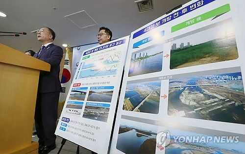 Hong Nam-ki, head of the Office for Government Policy Coordination, holds a press briefing on the controversial Four Rivers Project in Seoul on June 29, 2018. (Yonhap)