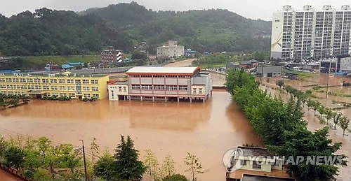 This photo shows a middle school flooded by heavy rains in the southwestern city of Boseong in South Jeolla Province on July 1, 2018. (Photo courtesy of a reader)