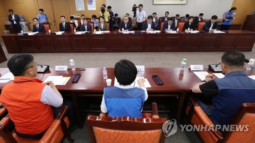 Representatives of the government and civil servants' unions hold a meeting in Seoul on July 2, 2018, as they resume collective bargaining for the first time in 10 years. (Yonhap)