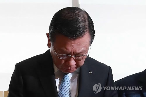In this photo taken July 4, 2018, Kumho Asiana Group Chairman Park Sam-koo bows in apology before delivering the company's stance on the no-meal fiasco at the conglomerate's headquarters in Seoul. (Yonhap)