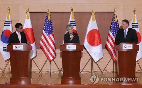 South Korean Foreign Minister Kang Kyung-wha (C) holds a joint press conference with her American and Japanese counterparts --- Mike Pompeo (R) and Kono Taro -- after their talks in Seoul on June 14, 2018, in this file photo. (Yonhap)