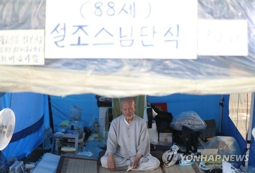 This photo shows Rev. Seoljo during a hunger strike in a tent next to the Jogye temple in central Seoul on July 19, 2018, demanding a reformation of the mainstream Buddhist sect. (Yonhap)
