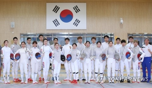 Members of the South Korean men's and women's fencing teams pose for photos during the media day event at the Jincheon National Training Center in Jincheon, 90 kilometers south of Seoul, on Aug. 6, 2018. (Yonhap)