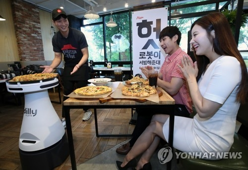 This photo taken on Aug. 8, 2018, shows a serving robot called Dilly Plate at a Pizza Hut Korea shop in southwestern Seoul. The pizza chain said it will hold a pilot demonstration of the robot, the first of its kind in South Korea, until Aug. 19. (Yonhap)