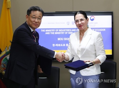 Eva Garcia Fabre (R), Ecuador's minister of industries and productivity, shakes hands with Choi Su-gyu (L), South Korean vice minister of SMEs and startups, after signing a memorandum of understanding on boosting business ties at the Ecuadorian Embassy in Seoul on Aug. 8, 2018. (Yonhap)