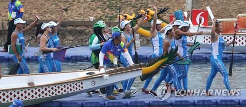 The unified Korean canoeing team celebrates after winning the women's 500-meter dragon boat racing competition at the 18th Asian Games at the Jakabaring Rowing & Canoeing Regatta Course in Palembang, Indonesia, the co-host city of the Asian Games with Jakarta, on Aug. 26, 2018. (Yonhap)