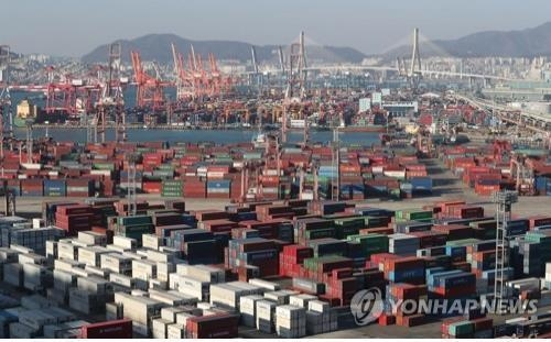Containers carrying goods are stacked on the piers of South Korea's largest port city of Busan on Jan. 1, 2018, in this file photo. (Yonhap)