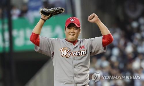 Kim Tae-hoon of the SK Wyverns celebrates after escaping a no-out, bases-loaded jam against the Doosan Bears in the bottom of the seventh inning of Game 1 of the Korean Series at Jamsil Stadium in Seoul on Nov. 4, 2018. (Yonhap)