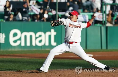 Kim Tae-hoon of the SK Wyverns delivers a pitch against the Doosan Bears in the top of the seventh inning of Game 5 of the Korean Series at SK Happy Dream Park in Incheon, 40 kilometers west of Seoul, on Nov. 10, 2018. (Yonhap)