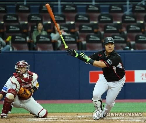 In this file photo from April 3, 2018, Kang Baek-ho of the KT Wiz (R) runs toward first base after hitting a grounder against the Nexen Heroes during the top of the third inning in a Korea Baseball Organization regular season game at Gocheok Sky Dome in Seoul. (Yonhap)