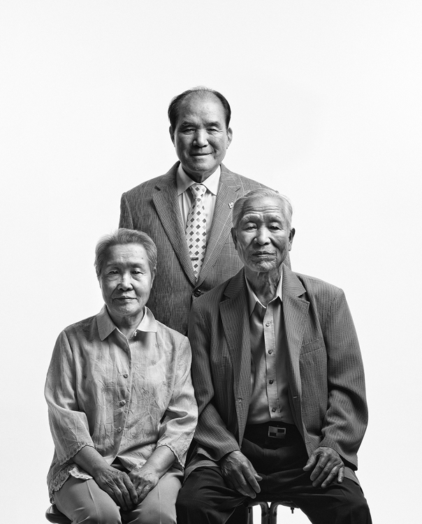 "The photo provided by the Arario Gallery shows ""Kim Hongtae (Father and Mother)"" from the ""Eternal Family"" series by Byun Soon-cheol. (Yonhap)"