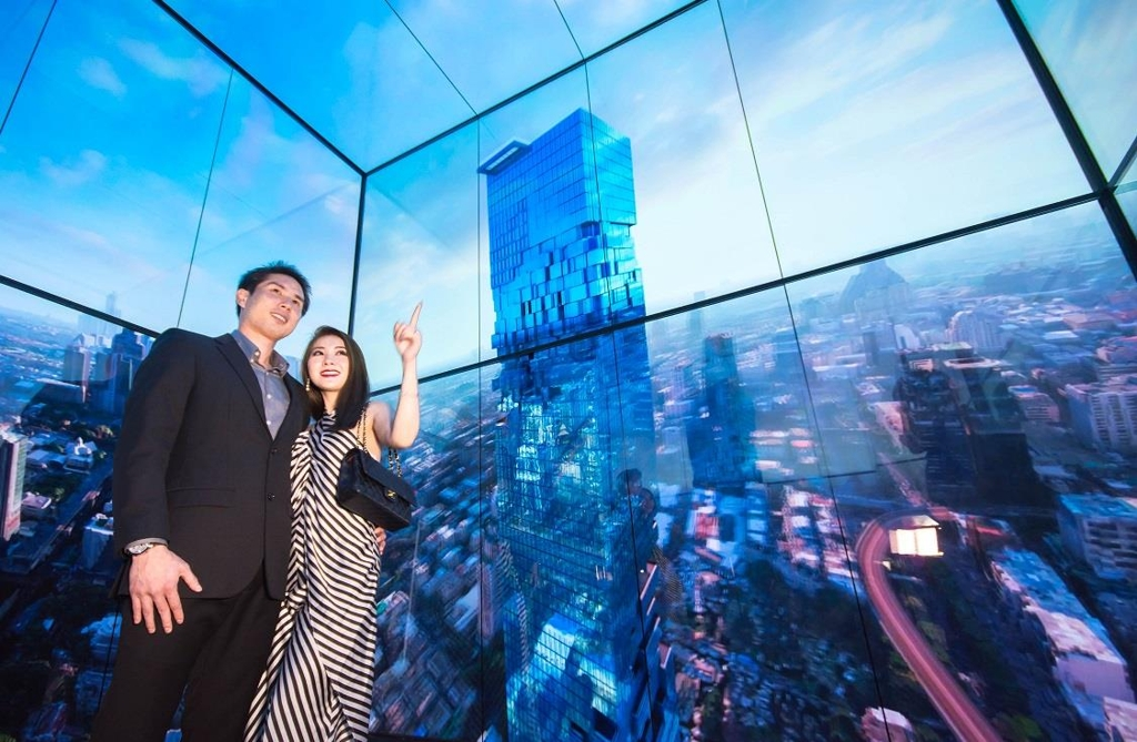 Models pose inside a high-speed elevator in Thailand's tallest building, MahaNakhon Tower, located in Bangkok, in this photo released by LG Electronics Inc. on Dec. 3, 2018. (Yonhap)