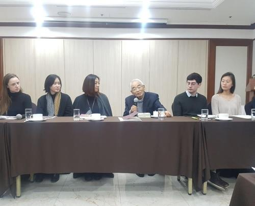 Professor emeritus at Japan's Waseda University Masuo Omura (third from R) speaks during a press conference on Dec. 10, 2018, announcing 2018 winners of the South Korean government awards for best translated Korean literary works. (Yonhap)