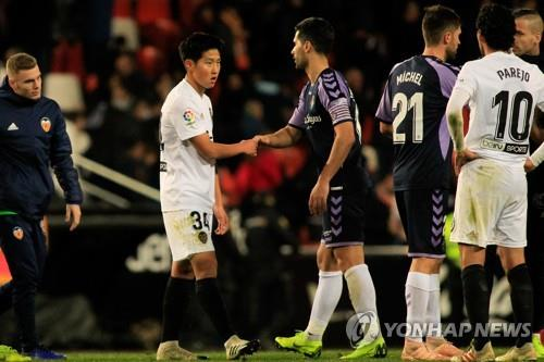 In this Penta Press photo, Valencia CF's South Korean player Lee Kang-in (2nd from L) shakes hands with a Real Valladolid player after the Spanish La Liga match between Valencia and Real Valladolid at Mestalla Stadium in Valencia, Spain, on Jan. 12, 2019. (Yonhap)