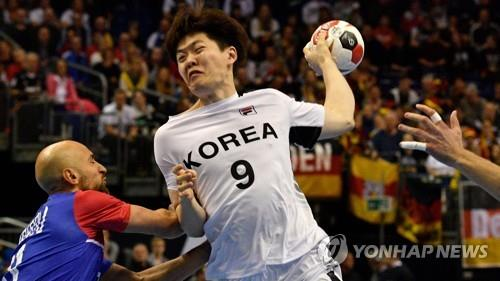 In this AFP photo, Korea's Jo Tae-hun attempts to shoot during the IHF Men's World Championship Group A handball match between Russia and Korea at the Mercedes-Benz Arena in Berlin on Jan. 12, 2019. (Yonhap)