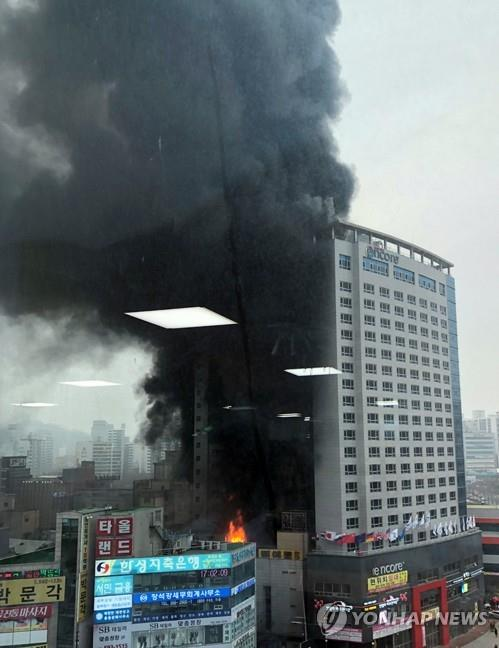 Plumes of smoke come out of the Ramada Encore Cheonan hotel in Cheonan, South Chungcheong Province, on Jan. 14, 2019, in this photo provided by a citizen, Kim Soo-young. (Yonhap)