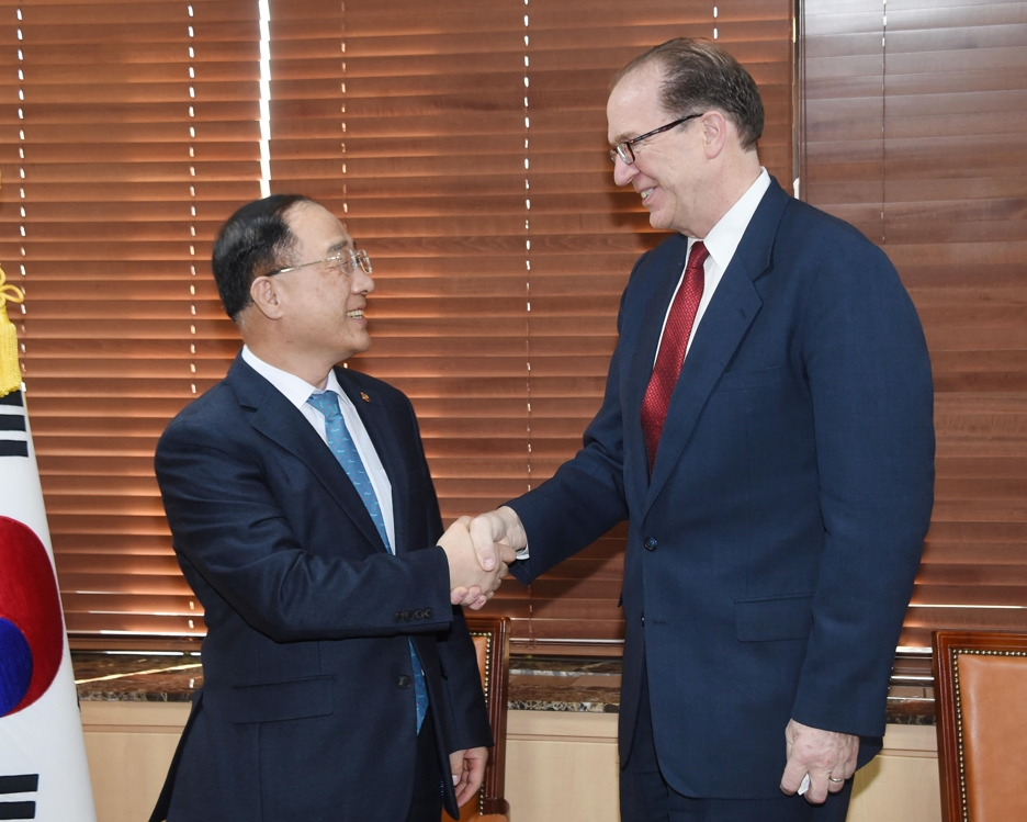 Hong Nam-ki (L), the minister of economy and finance, shakes hands with David Malpass, under secretary of the U.S. Treasury for international affairs, at a government building in central Seoul on Feb. 11, 2019. This photo was provided by the ministry. (Yonhap)