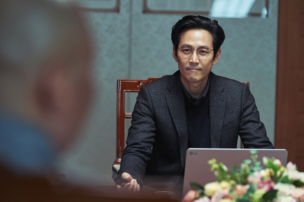 "This file photo from CJ Entertainment shows actor Lee Jung-jae in a scene from local mystery thriller ""Svaha: The Sixth Finger."" (Yonhap)"
