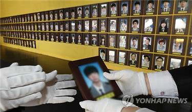 Memorial portraits of hundreds of ferry victims moved from protest site in central Seoul