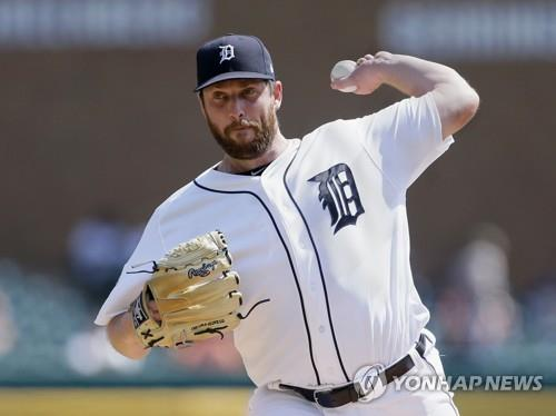 In this Getty Images file photo from Sept. 14, 2017, Chad Bell of the Detroit Tigers pitches against the Chicago White Sox during the top of the second inning in a Major League Baseball regular season game at Comerica Park in Detroit. (Yonhap)