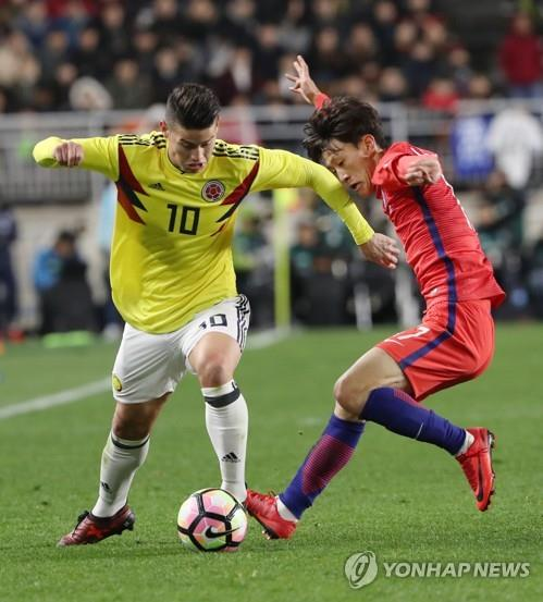In this file photo taken Nov. 10, 2017, Colombia's James Rodriguez (L) controls the ball against South Korea's Lee Jae-sung during a friendly football match at Suwon World Cup Stadium in Suwon, Gyeonggi Province. (Yonhap)