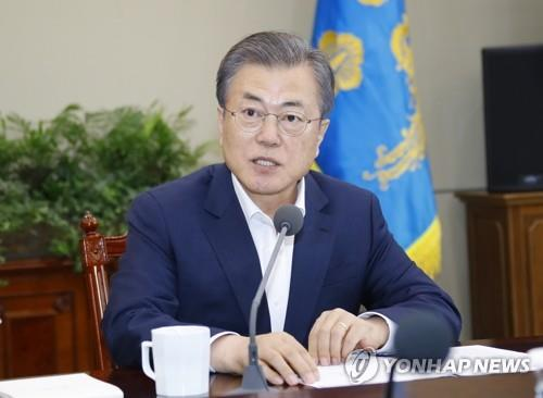 President Moon Jae-in speaks at a meeting with his senior aides at Cheong Wa Dae on April 15, 2019. (Yonhap)
