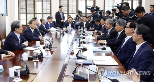 President Moon Jae-in speaks at a Cheong Wa Dae meeting with his senior aides on April 15, 2019. (Yonhap)