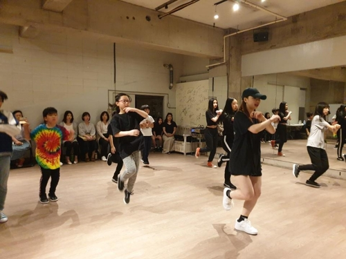 This photo taken May 11, 2019, at a K-pop dance studio in Tokyo shows Japanese teenagers learning a K-pop dance routine. (Yonhap)