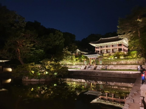 This photo taken during the Moonlight Tour on May 16, 2019, shows the Changdeok Palace's Buyongji pond. (Yonhap)