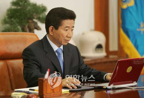 This file photo shows late former President Roh Moo-hyun at the presidential office Cheong Wa Dae. (Yonhap)