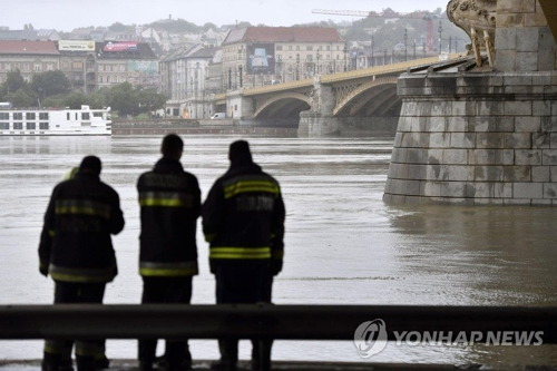 This EPA photo shows rescue workers looking at the Danube River in Budapest, where a boat carrying dozens of South Korean tourists sank, on May 30, 2019. (Yonhap)