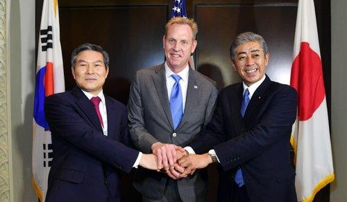 South Korean Defense Minister Jeong Kyeong-doo (L), acting U.S. Secretary of Defense Patrick Shanahan (C) and Japanese Defense Minister Takeshi Iwaya pose ahead of their trilateral meeting in Singapore on June 2, 2019. (Yonhap)