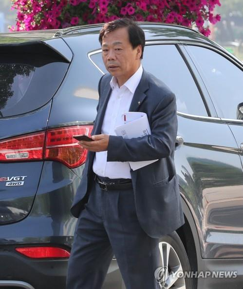 Rep. Yi Wan-young of the Liberty Korea Party leaves the National Assembly on June 13, 2019, after the Supreme Court upheld his bribery conviction. (Yonhap)