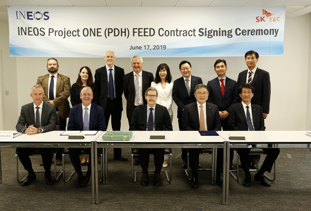In this photo taken by SK Engineering & Construction Co. on June 17, 2019, officials from INEOS and SK E&C pose for a photo after signing a contract for a front-end engineering design (FEED) study in London. (PHOTO NOT FOR SALE) (Yonhap)