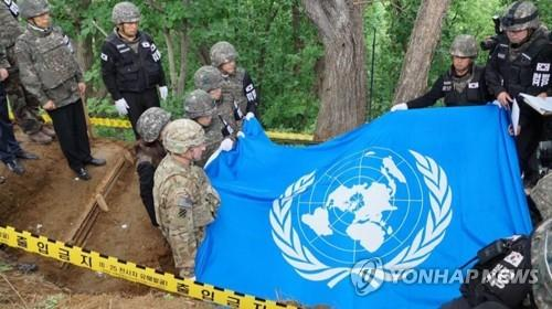 Remains believed to be a U.N. soldier are honored and draped with a United Nations Command (UNC) flag during an informal ritual prayer ceremony at Arrowhead Ridge, Cheorwon, Gangwon Province, on June 11, 2019, in this photo provided by the UNC. (PHOTO NOT FOR SALE) (Yonhap)