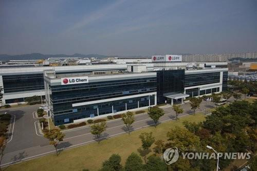 (LEAD) LG Chem Q2 net dips 83 pct on one-off costs
