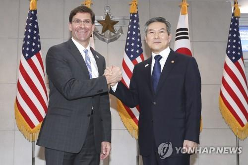 South Korean Defense Minister Jeong Kyeong-doo (R) and U.S. Secretary of Defense Mark Esper clasp hands ahead of talks at the defense ministry compound in Seoul on Aug. 9, 2019. (Yonhap)