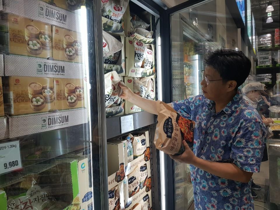Jo Nam-kyu, a salaried worker, selects ready-made products at an E-Mart Traders outlet in Hanam, just east of Seoul, on Aug. 18, 2019. (Yonhap)