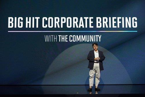 This photo provided by Big Hit Entertainment shows CEO Bang Si-hyuk laying out his firm's corporate vision during a briefing on Aug. 21, 2019. (PHOTO NOT FOR SALE) (Yonhap)