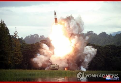 (LEAD) N. Korea fires unidentified projectiles into East Sea: JCS