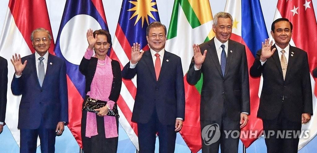 In this file photo, dated Nov. 14, 2018, South Korean President Moon Jae-in (C) poses for photos, flanked by his Malaysia, Myanmar, Singaporean and Thai counterparts, during the 20th South Korea-ASEAN summit held at the Suntec convention center in Singapore. (Yonhap)