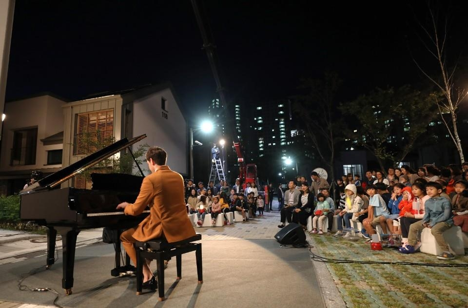 "In this photo taken on Sept. 23, 2019, and provided by the infrastructure ministry, German native entertainer Daniel Lindemann plays the piano at the ""Zero Energy Recital"" held at RoRen House in Sejong City. (PHOTO NOT FOR SALE) (Yonhap)"