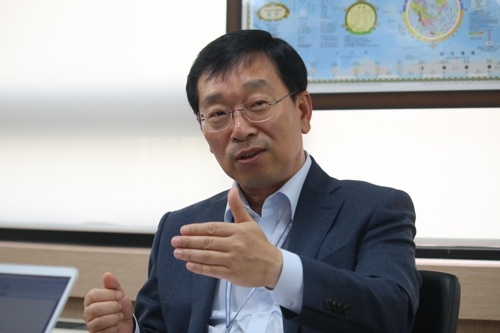 In this photo taken Oct. 29, 2019, Senior Vice President Hong Sung-yong, in charge of overseas business operations except for China at CJ Logistics, speaks about the company's expansion strategy during an interview with Yonhap News Agency at the company's headquarters in central Seoul. (Yonhap)